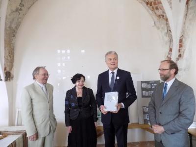 L. Inis,D. Poškienė, V. Kubilius su bibliofilu Gitanu Nausėda XXV knygos šventėje