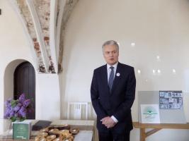 Šventę,konferencijos dalyvius sveikina bibliofilas G.Nausėda