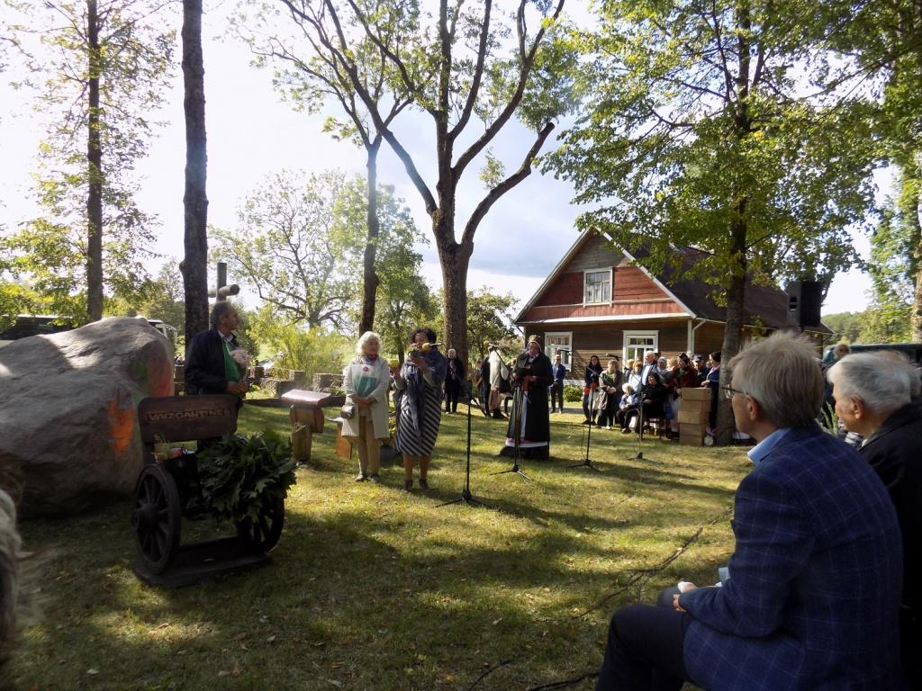 Laureatą sveikina Dalia Poškienė ir Ieva Globienė
