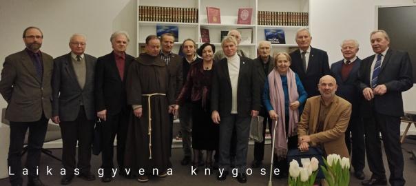 XXVII knygos mėgėjų draugijos nariai su rašytoju L.Iniu nacionalinėje M.Mažvydo bibliotekoje_2