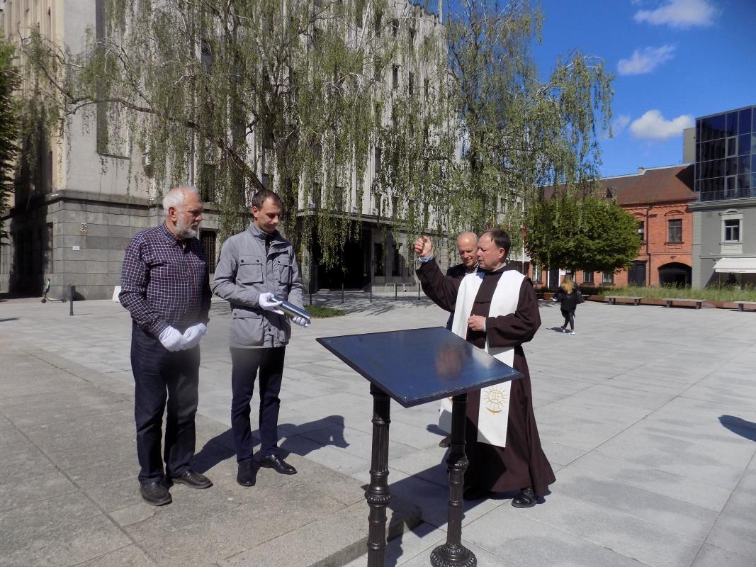 Kapsulę šventina Saulius Paulius Bytautas OFM
